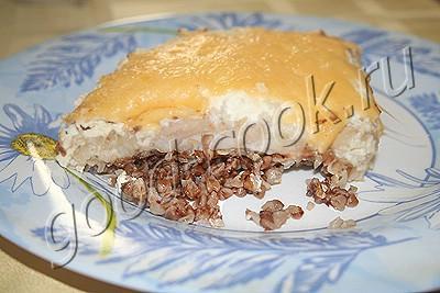запеканка из гречки с рыбой под сметанным соусом