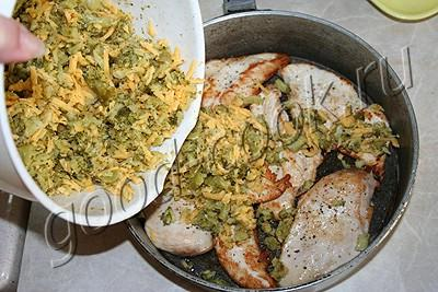 курица под шубой из брокколи и сыра