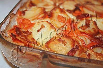 картофель запеченный с курицей и беконом