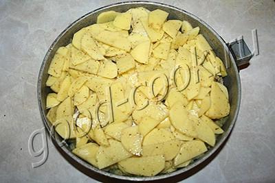 запеканка с картофелем, мясом и солеными огурцами