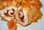 пикантные куриные рулетики в овощном соусе