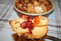 картофель дольками, запеченный с беконом