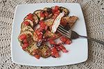 жареная курица с печеными баклажанами под помидорным соусом