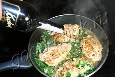 курица с капустой, тушеные в вине и сливках