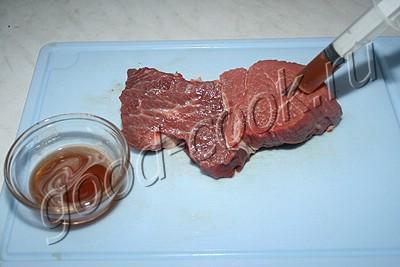 мясо с черносливом, запеченное в беконе