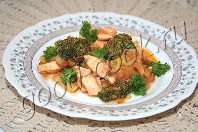 курица тушеная с брокколи и болгарским перцем
