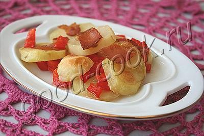 картофель и кабачки, запеченные с перцем и беконом
