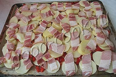Как приготовить сырой бекон в духовке с картошкой