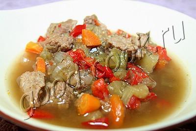 мясо с овощами тушеное в горшочке