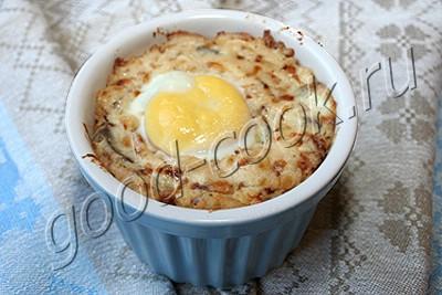 язык в сметанном соусе, запеченный под яйцом