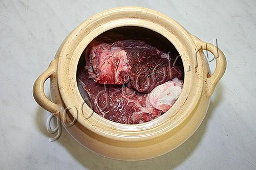 говядина с овощами, тушеная в вине