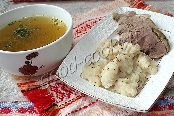 ароматная отварная говядина с бульоном и клёцками