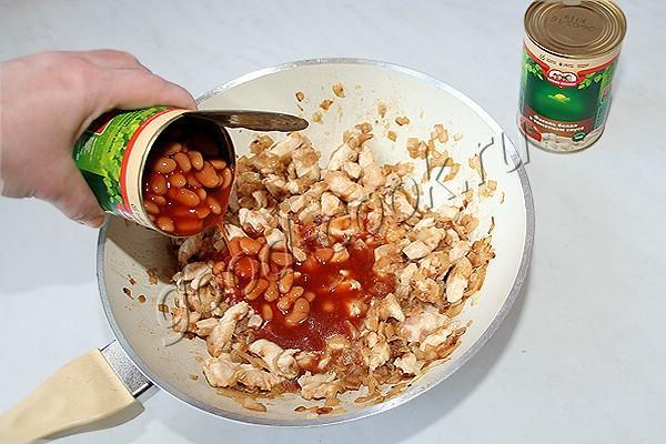 курица тушеная с консервированной фасолью