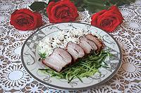 свиная грудинка, томлёная с луковой шелухой