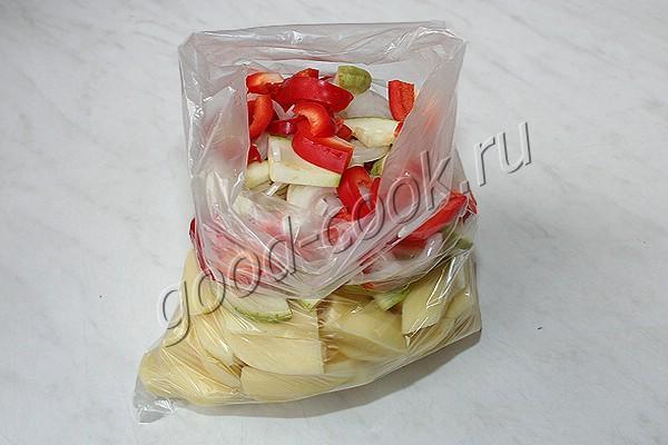 картофель, запечённый с овощами и соевым соусом