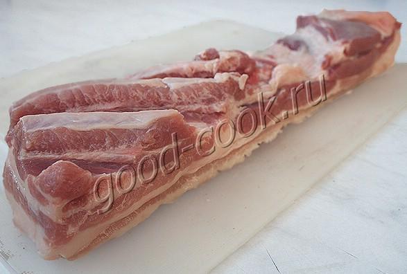 жареная свиная грудинка с чесноком