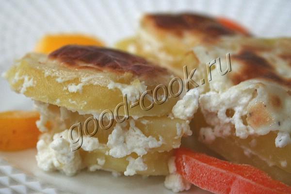 картофель запеченный в соусе из творожного сыра