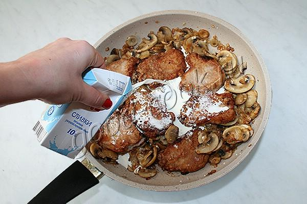 свиные медальоны с грибами и сливками