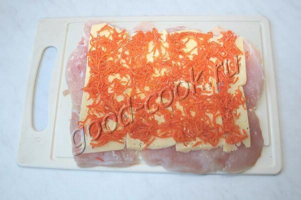 куриный рулет с сыром и корейской морковкой, запечённый в слоёном тесте