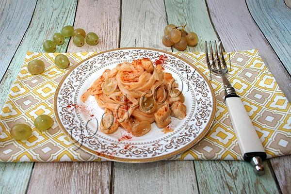 спагетти в сливочном соусе с курицей и виноградом
