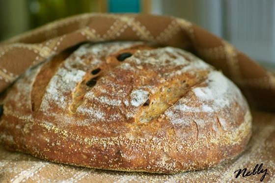 Хлеб на закваске с грецкими орехами и сушеной клюквой