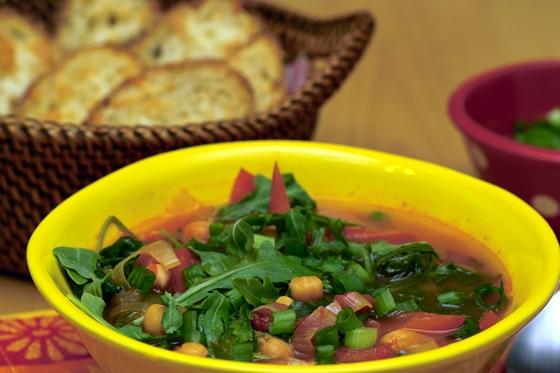 Суп с красным перцем, шпинатом и нутом