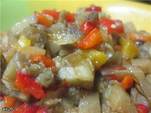 Салат из запеченных баклажанов и перца Ингредиенты: - 6 небольших баклажанов - 4 болгарских перца -...