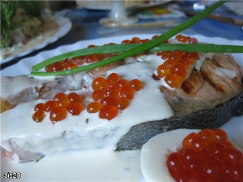 Семга под нежным соусом с красной икрой Ингредиенты: - 2 стейка семги (по 300 г каждый) - 1/2 лимон...