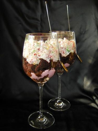 """Торт """"Радужный"""" в виде десерта Рецепт тут * 2 шоколадных коржа бисквита * * 3 пачки разноцветного ж..."""