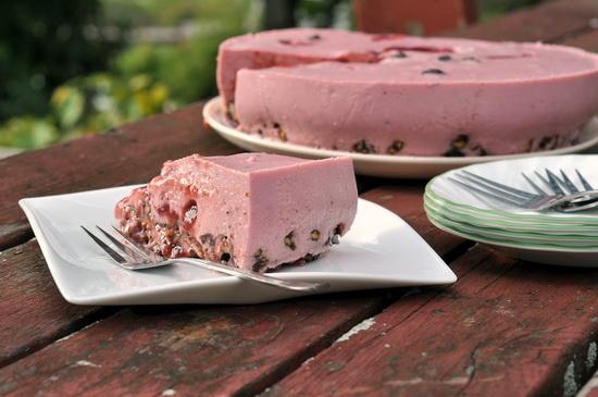 Творожно-сливовый желейный торт без выпечки