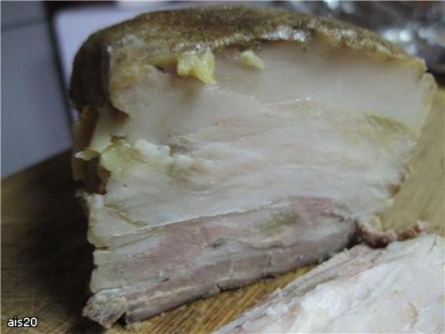 Вареное сало Ингредиенты: - сало с мясными прожилками или подчеревка (у меня кусочек около 700 г) -...
