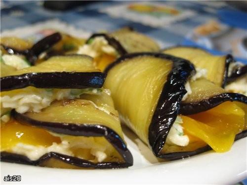 Баклажанные рулетики с сыром и перцем Ингредиенты: - 1 баклажан - 1 сладкий перец - 1 плавленый сыр...