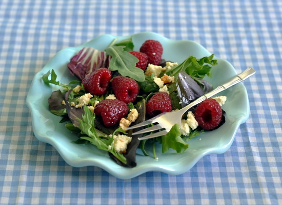 """Зелёный салат с малиной и сыром """"Стилтон с абрикосами"""" 2 горсти смеси салатных листьев 100 г малины (8-10 ягод) 3 ст л..."""