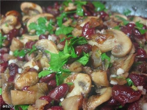Лобио с грибами Ингредиенты: - 1 стакан красной фасоли - 2 луковицы - 300 г шампиньонов - 5 веточек... - 2