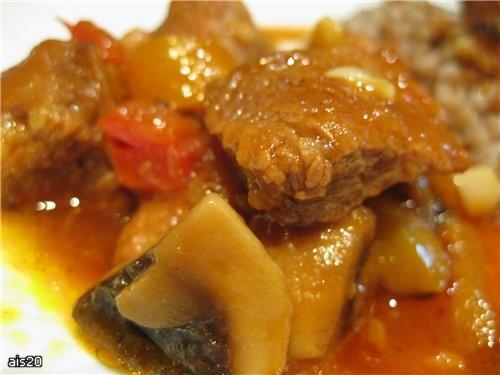 Тушеная свинина с грибами и перцем