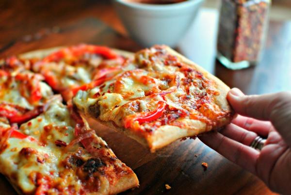 Рецепт вкусной пиццы с колбасой сыром и помидорами