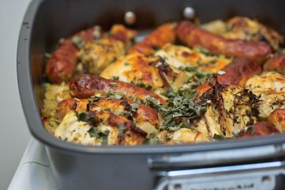 Курица с колбасками, луком и шалфеем