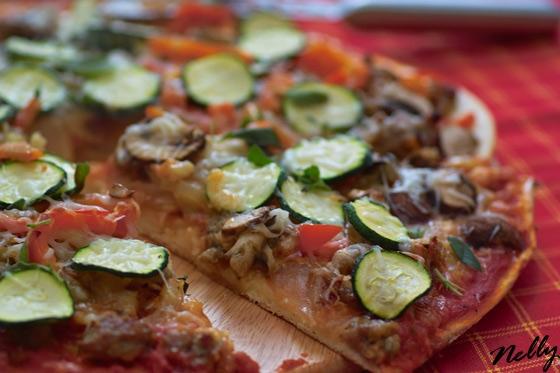 Пицца с итальянскими колбасками и фенхелем на половину порции теста: 2 итальянских колбаски (~ 300г... - 2
