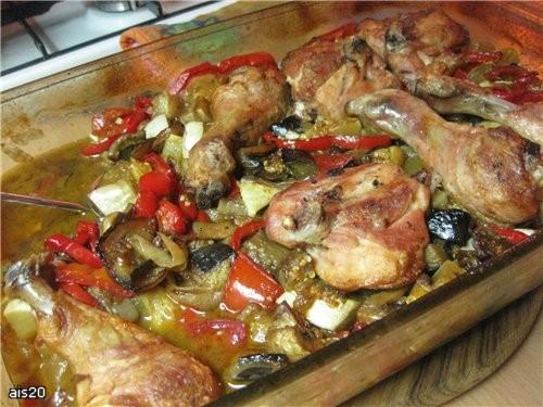 Паприкаш с курицей Ингредиенты: - 4 куриных окорока - 2 луковицы - 4 сладких перца - 2 кабачка или... - 2