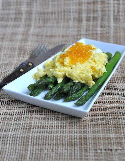 Спаржа с яичницей-болтуньей и икрой На 1 порцию: 200 г спаржи 2 яйца 2 ст ложки воды (я брала минеральную с газом) сол...