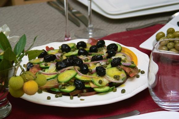 Несколько фотографий крупным планом: Салат нумеро уно салат нумеро дуо канапе с печеночным паштетом...