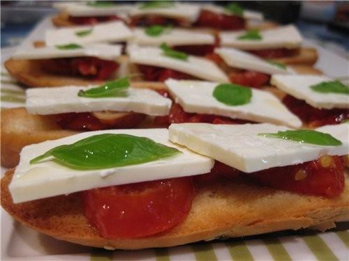 А вот и к супчику Брускетта с вялеными томатами и сыром Фета