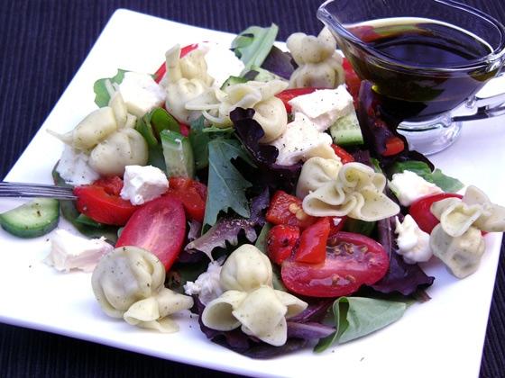 Овощной салат с тортеллини и козьим сыром: от