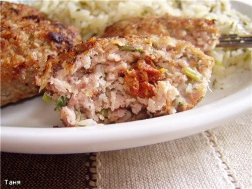 Куриный суп с домашней лапшой Биточки с сушеными помидорами и сливочным маслом Отварной рис с зелен... - 2