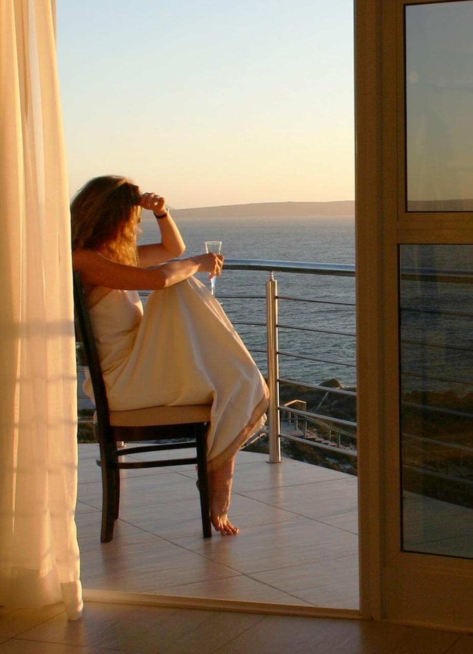 Женщина на балконе фото.