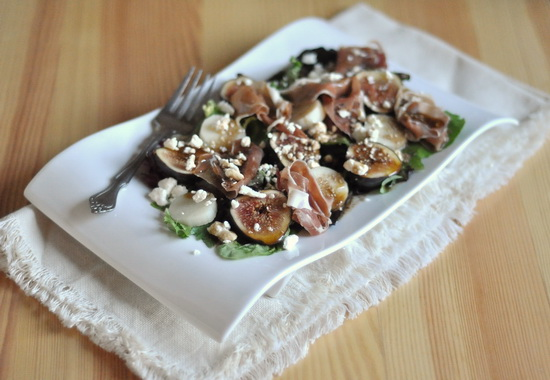 Зелёный салат с прошутто, свежим инжиром и фетой