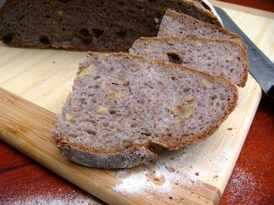 Хлеб с каштанами, грецкими орехами и изюмом