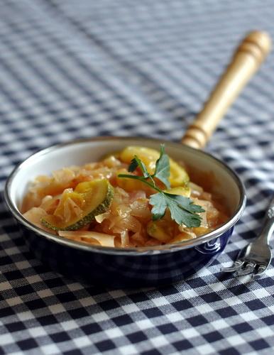 Тушёная капуста с кабачками (*6 часов) 1 маленький вилок капусты 1 большая луковица 3-4 ср помидора...