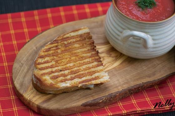 Томатный суп с сэндвичами с грилованным сыром