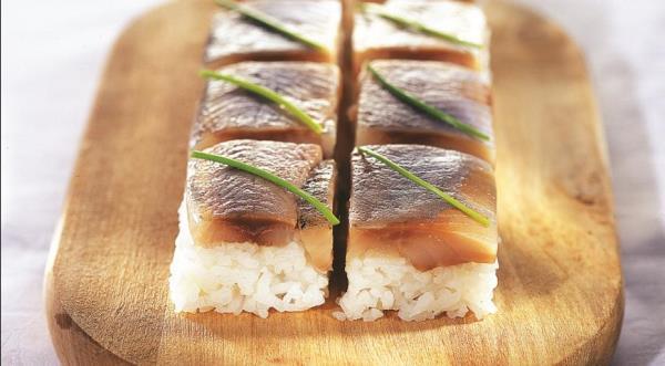 роллы и суши с белой рыбой или селедкой